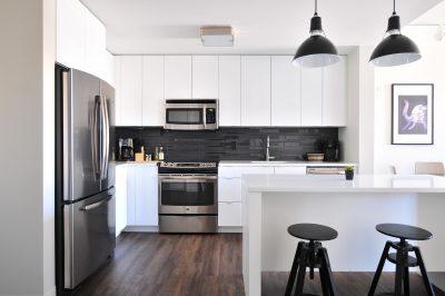 Jak urządzić kuchnie, aby była praktyczna i zgodna zasadami ergonomii