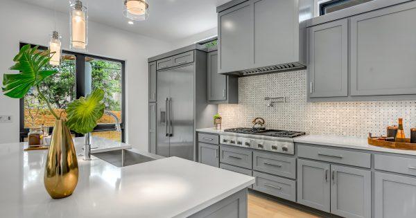 Panel ścienny, kafelki, szkło... co jeszcze do kuchni między meble kuchenne
